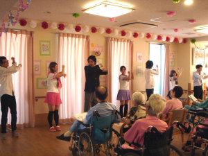 若手の介護職員によるダンス